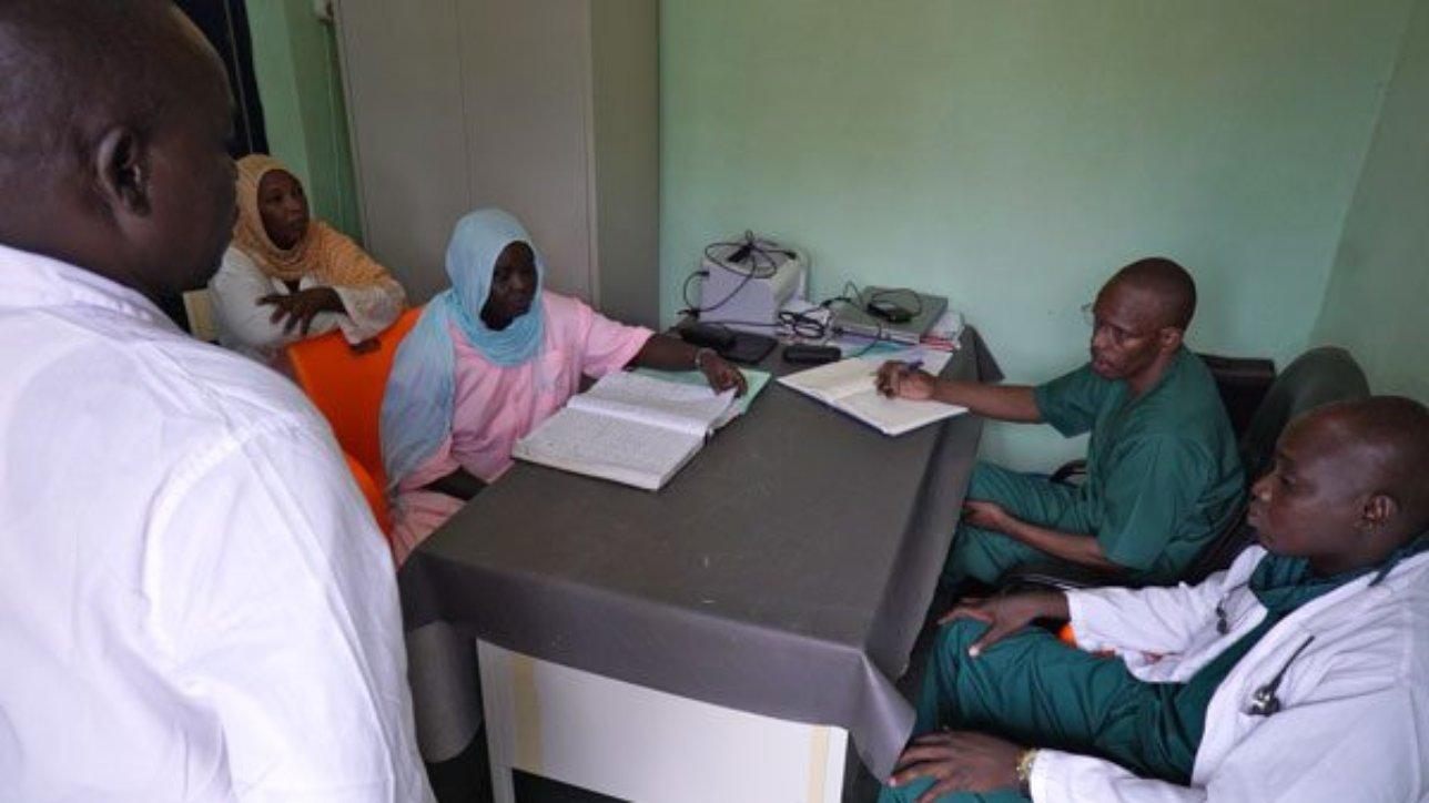 Réunion de travail avec le Dr Diallo et son équipe, Maternité de Mongo