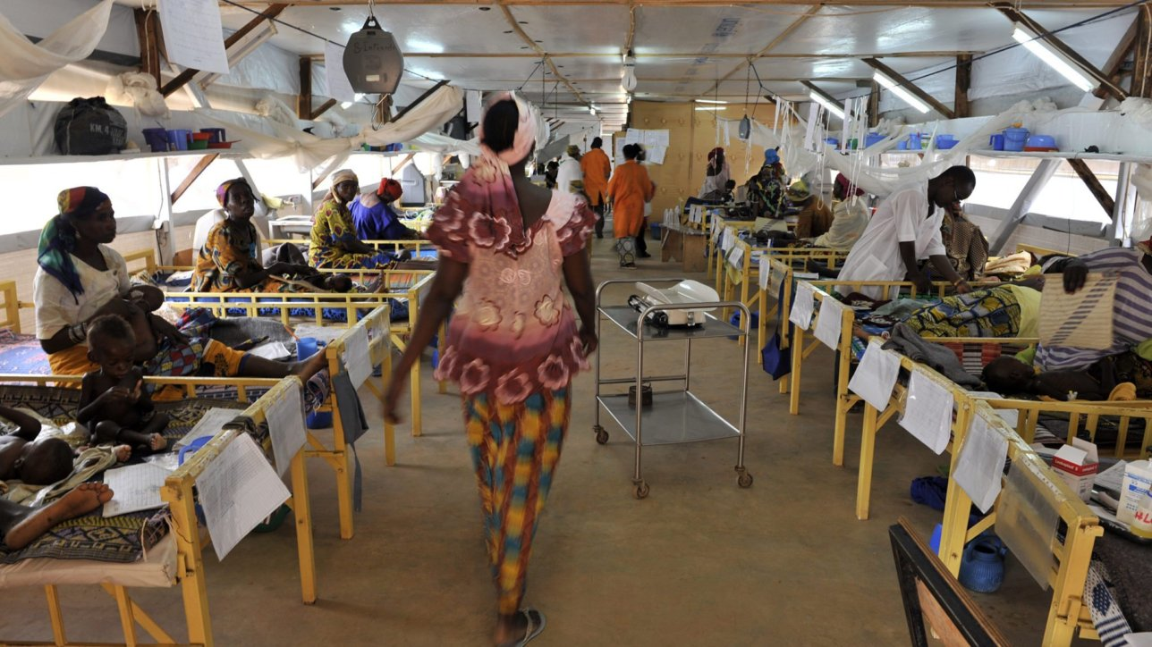 16 octobre 2009.   Severely malnourished children receive cares at the MSF-supported center for outpatient nutritional rehabilitation center for severe malnutrition in Zinder (southern Niger).