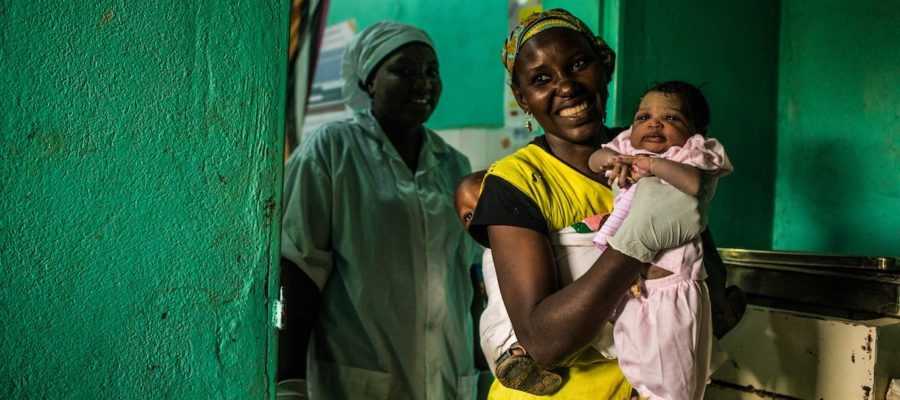 21 Juin 2018 - Maradi, Niger. Une sage femme tient dans ses bras l'enfant de Samira qui vient juste d'accoucher.