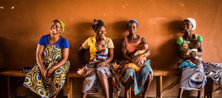 26 Avril 2018 - Village de Darnon, région de Parakou, Bénin. Bourandi Laïna, environ 18 ans et son fils Alimi Ramdane, attendent le début de la séance de dépistage de la malnutrition au centre de santé.